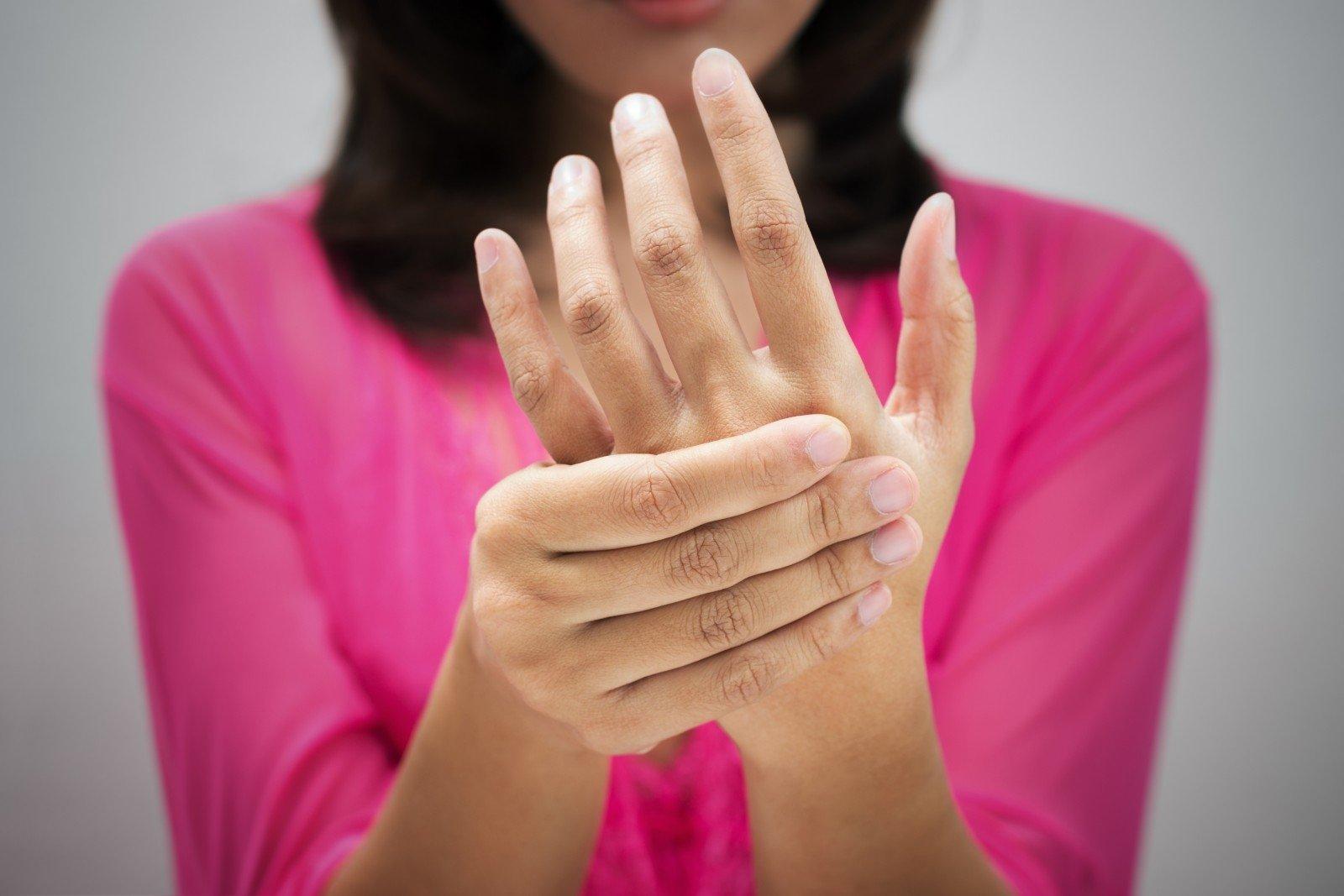 stiprus skausmas iš rankų sąnarių