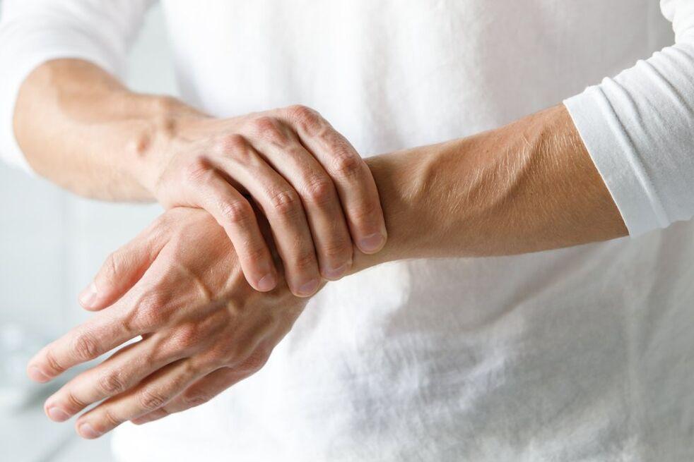 kremas sąnarių ir raiščių skauda vidurinio piršto sąnarį kairėje pusėje